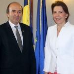 ministrul-justitiei-tudorel-toader-s-a-intalnit-cu-ambasadorul-frantei-la-bucuresti-michele-ramis1502281136.jpg