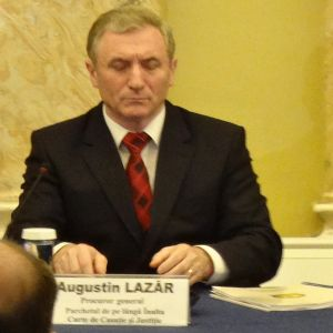 Se zguduie scaunul lui Augustin Lazar